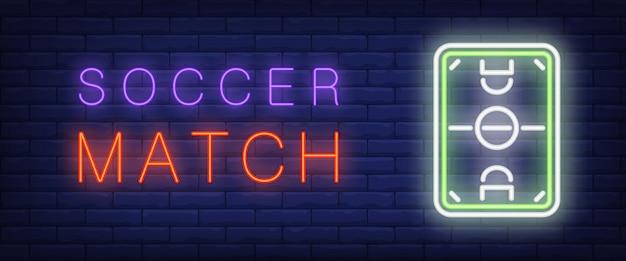 Testo al neon della partita di calcio con il campo di calcio