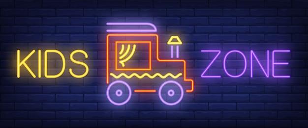Testo al neon della zona dei bambini con l'automobile del giocattolo