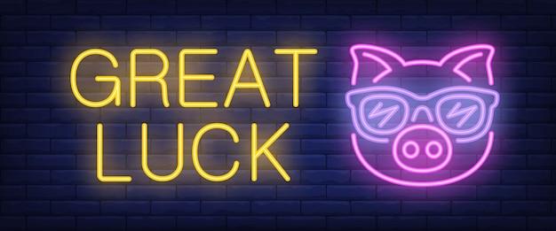 Testo al neon di grande fortuna con maiale nei bicchieri