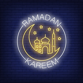 Testo al neon di ramadan kareem con falce di luna e moschea