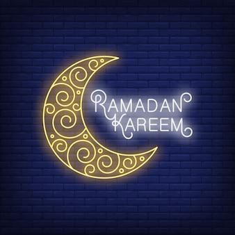 Testo al neon di ramadan kareem con falce di luna