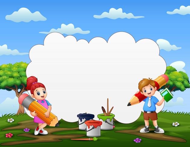 Testo del fumetto con i bambini che tengono una matita