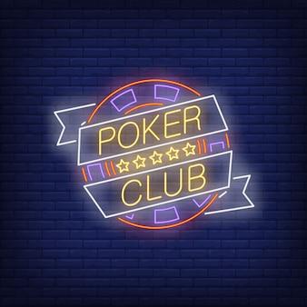 Testo di poker club al neon su nastro con chip e cinque stelle
