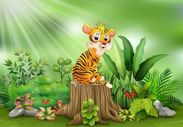 Tigre felice del fumetto che si siede sul ceppo di albero con le piante verdi