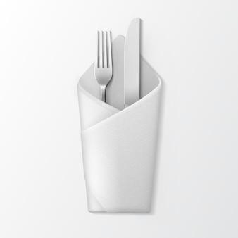 Tovagliolo piegato bianco con forchetta argento e coltello vista dall'alto isolato su sfondo bianco. impostazione tabella