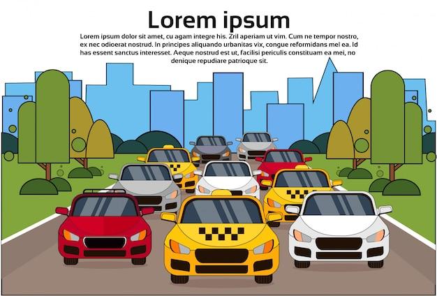 Traffico stradale con auto e taxi sopra la città