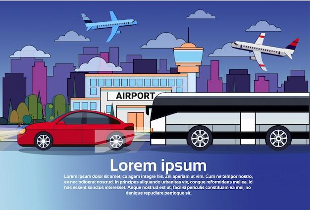 Traffico stradale di notte con il bus e l'automobile sopra gli edifici della città e gli aeroplani in cielo scuro