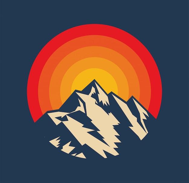 Tramonto sopra la sagoma del picco di montagna. logo della montagna in stile vintage o modello di adesivo o poster. illustrazione
