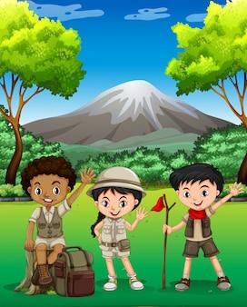 Tre bambini che fanno un'escursione nella foresta
