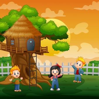 Tre bambini che giocano all'illustrazione della capanna sugli'alberi