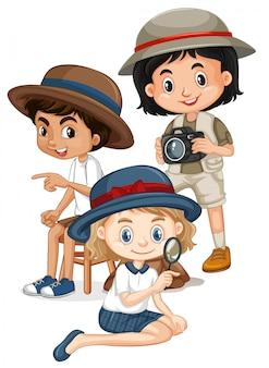 Tre bambini con lente d'ingrandimento e fotocamera