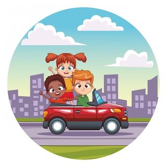 Tre bambini sorridenti che guidano automobile