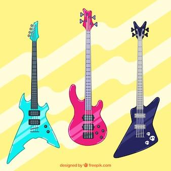 Tre basse chitarre con grandi colori e disegni