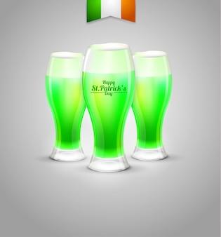 Tre bicchiere di leprechaun di birra verde su sfondo bianco