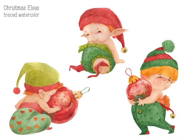 Tre elfi di natale con palline di vetro