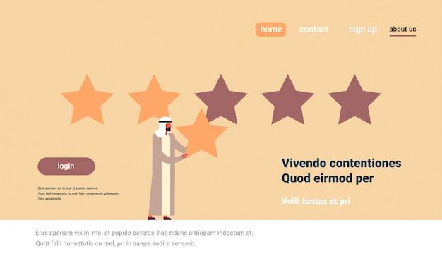 Tre stelle valutazione uomo arabo dando feedback concetto personaggio dei cartoni animati arabo