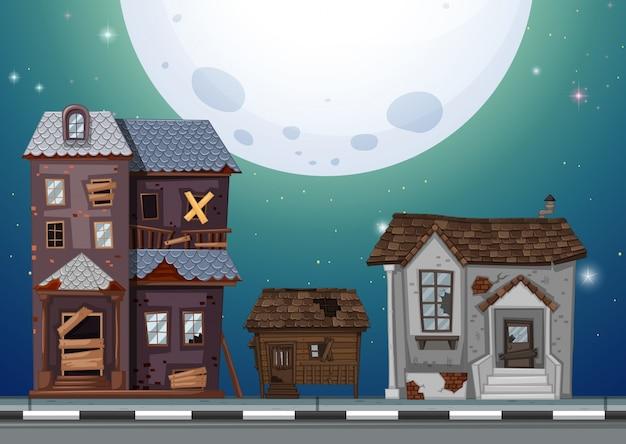 Tre vecchie case sulla strada di notte