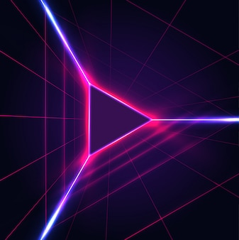 Triangolo incandescente al neon astratto giocare icona segno su sfondo viola scuro con griglia laser.