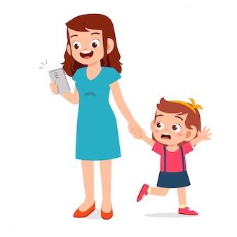 Triste bambina ignorata dal genitore
