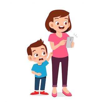 Triste ragazzino ignorato dal genitore