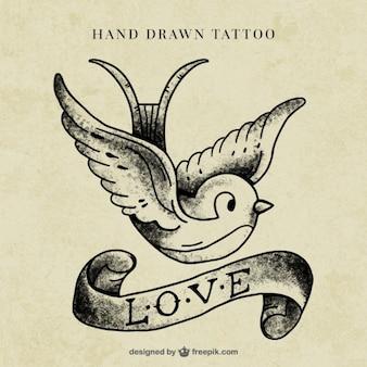 Uccello con un tatuaggio nastro