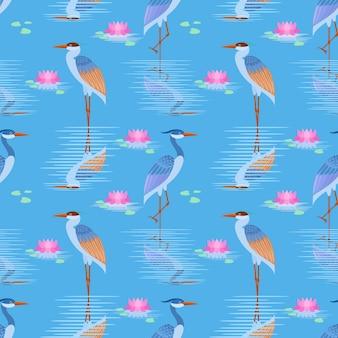 Uccello dell'airone su acqua blu nella libbra con il modello di loto.