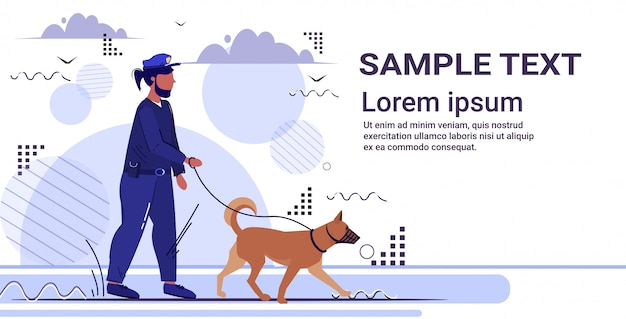Ufficiale di polizia che cammina con il poliziotto del pastore tedesco in uniforme con lo spazio della copia di concetto di servizio di legge della giustizia dell'autorità di sicurezza del cane