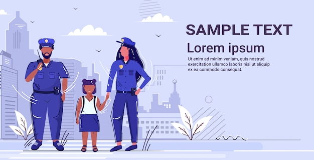 Ufficiale di polizia femminile che tiene la mano piccolo poliziotto afroamericano ragazza in uniforme usando lo spazio della copia di concetto di servizio di giustizia dell'autorità di sicurezza del walkie-talkie