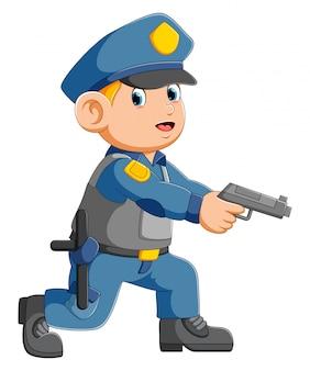 Ufficiale di poliziotto che mira con la pistola