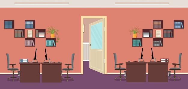 Ufficio openspace con quattro posti di lavoro e mobili per ufficio. interno ufficio. camera interna di lavoro