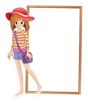 Un adolescente alla moda di fronte alla cornice vuota