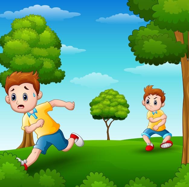 Un bambino spaventato che corre