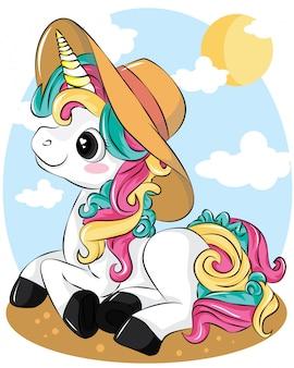 Un bellissimo unicorno con cappello estivo sulla spiaggia