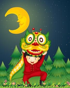 Un giovane cinese che balla con un drago sopra la sua testa