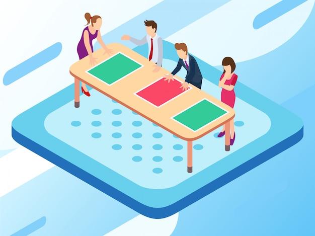Un gruppo aziendale che lavora a un tavolo di piano e parla della loro pianificazione
