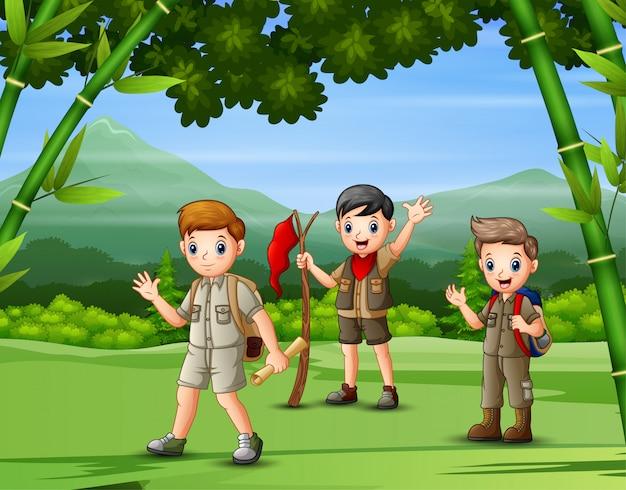 Un gruppo di esploratori che fa un'escursione nella foresta