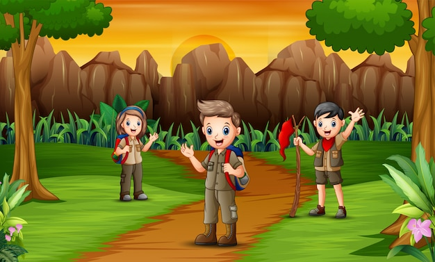 Un gruppo di scout sulla strada per il campeggio