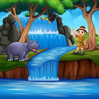 Un guardiano dello zoo con animali sulla scena della natura