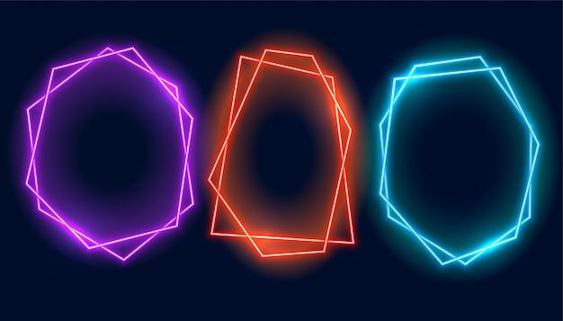 Un'insegna geometrica di tre strutture al neon con lo spazio del testo