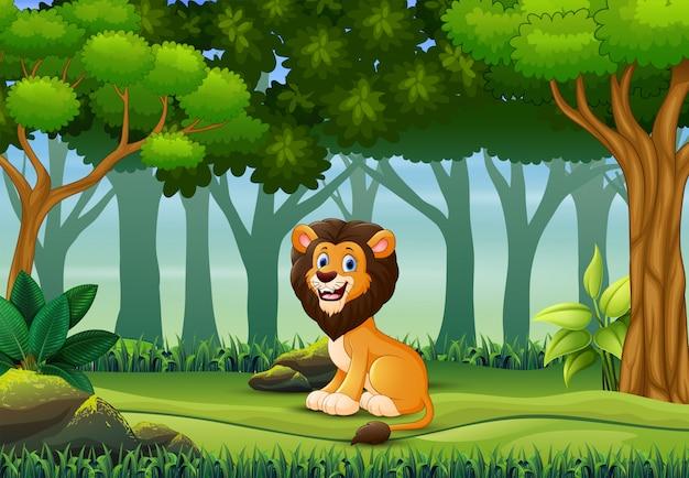 Un leone che gode nella foresta