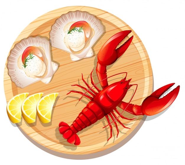 Un piatto di frutti di mare con aragosta e capesante