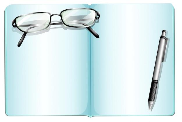 Un quaderno vuoto con un occhiale e una penna