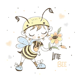 Un ragazzino carino con un buffo costume da ape.