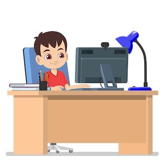Un ragazzo ha il suo studio al computer da casa