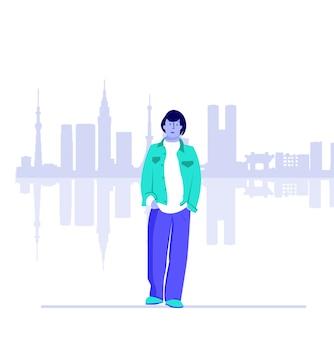 Un ragazzo in abiti casual che cammina in città