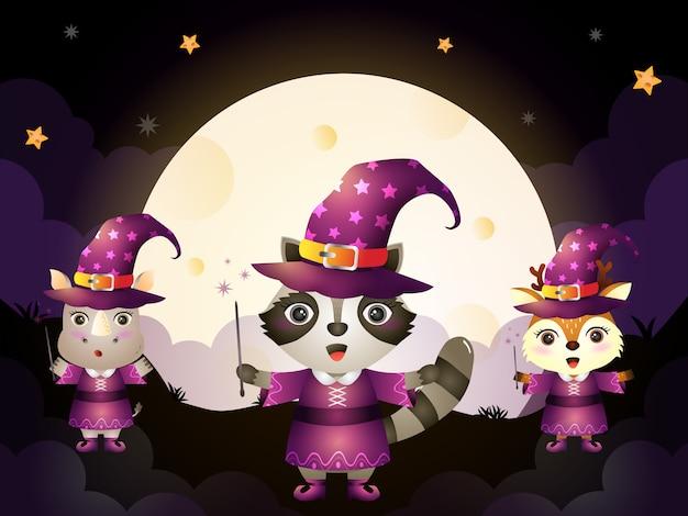 Un simpatico procione, rinoceronte e cervo con il personaggio di halloween della strega in costume su sfondo di luna piena