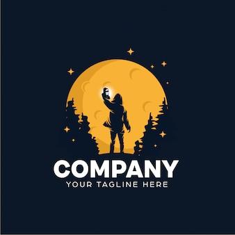 Un uomo con una lanterna logo design template
