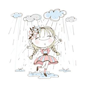 Una bambina carina corre allegramente tra le pozzanghere sotto la pioggia.