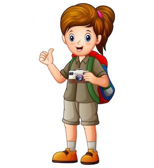 Una bella ragazza esploratrice con la sua macchina fotografica