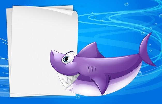 Una carta bianca nel mare